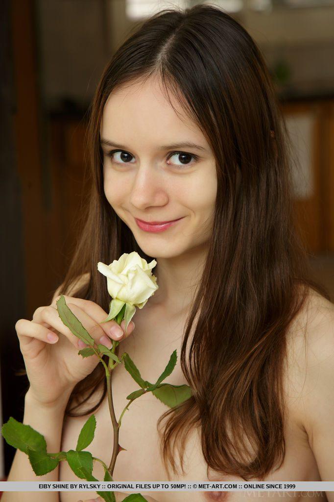 花と顔 茶髪にくりっとした眼でかわいいロシア人18歳