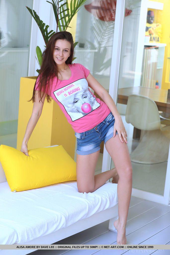 ハンガリー美女がホットパンツとTシャツ