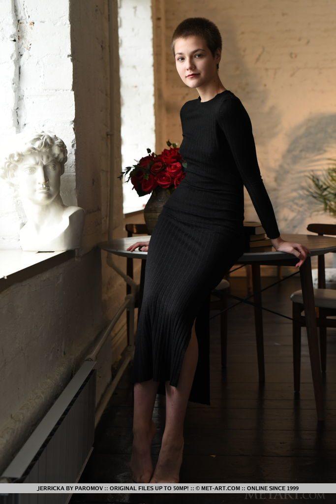 ショートカットの18才ロシア人美少女がワンピースニットを着て立っている。