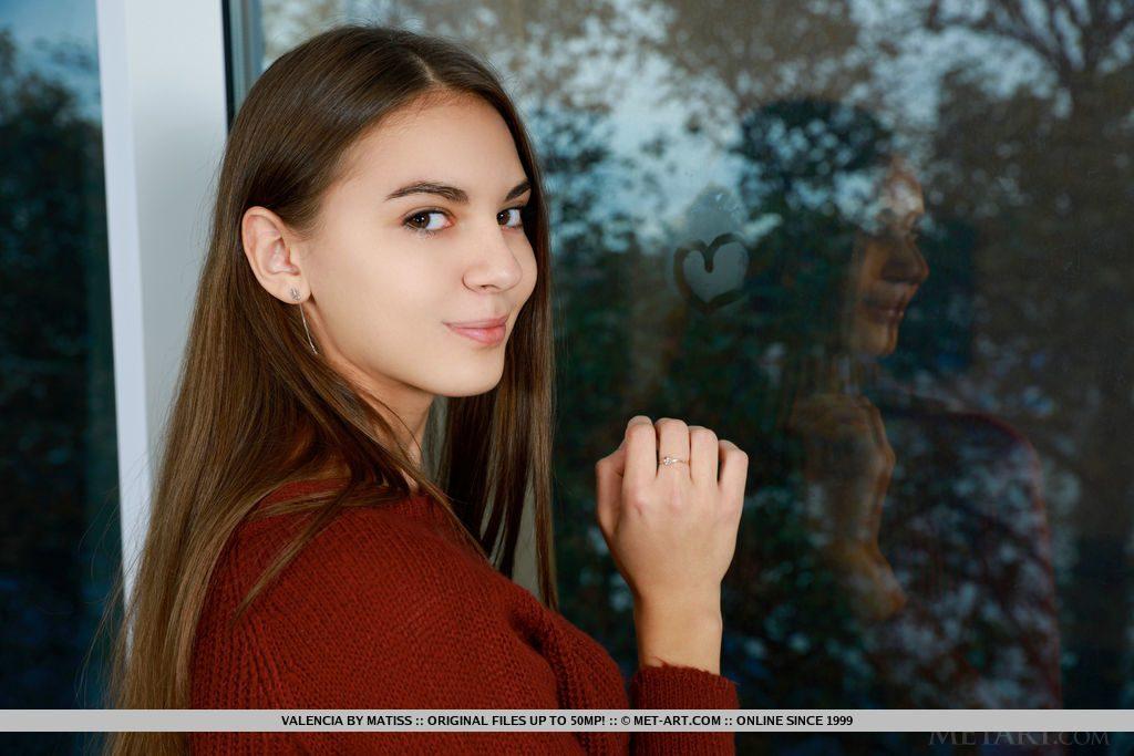 旅好きの18才ロシア美少女が横目で見つめる。