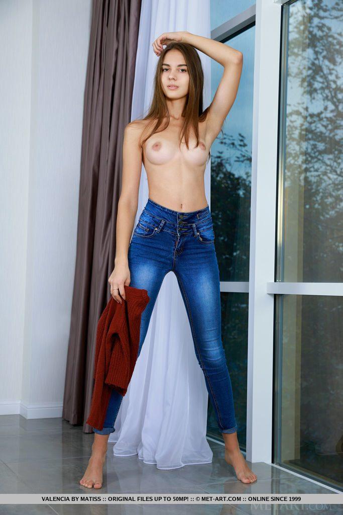 旅好きの18才ロシア美少女がおっぱいをみせる。