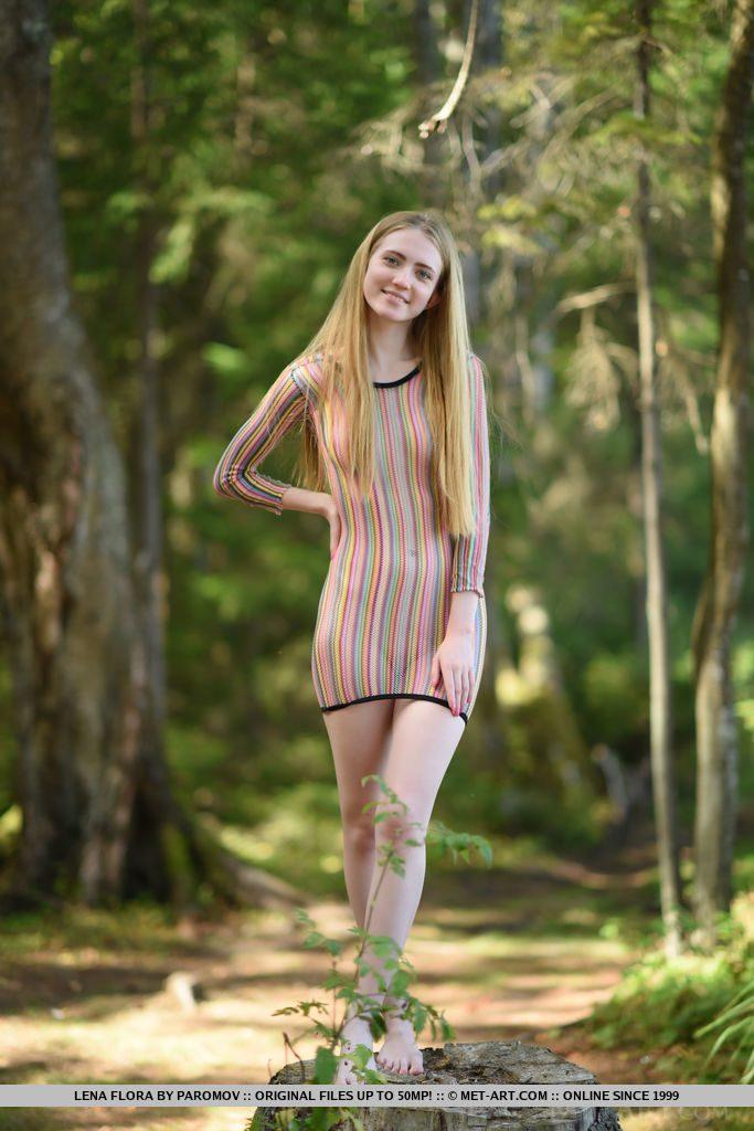 18才ベラルーシ美女が森の中を歩く