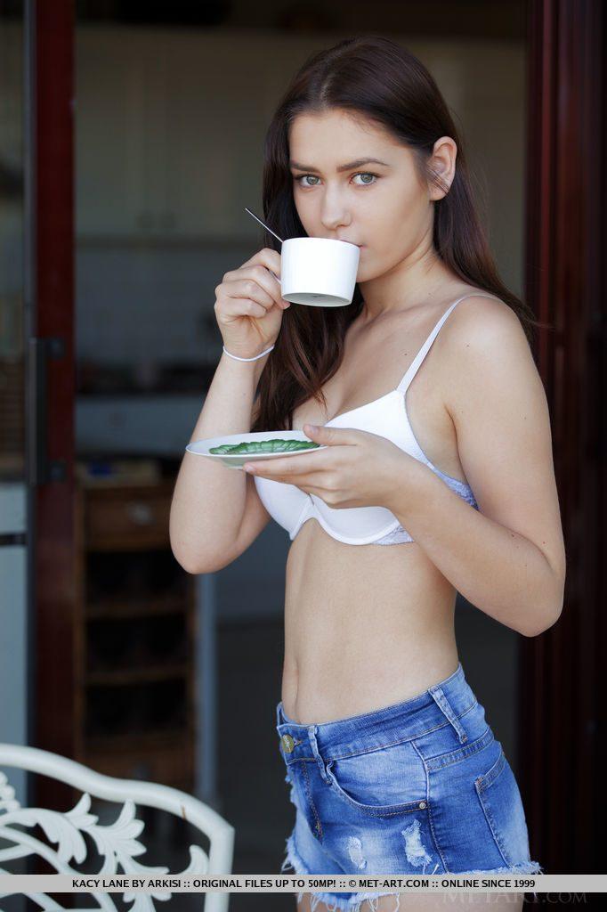18才ウクライナ美少女がお茶を飲む。