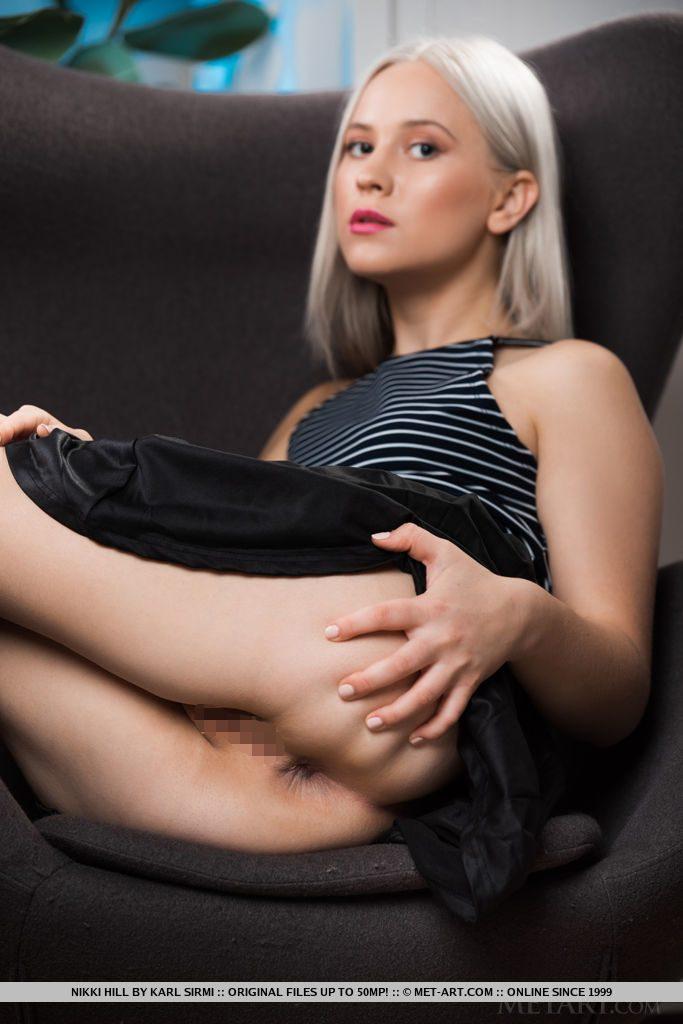 19才ウクライナ美女が後ろからアナルをひろげてまんこをみせる。