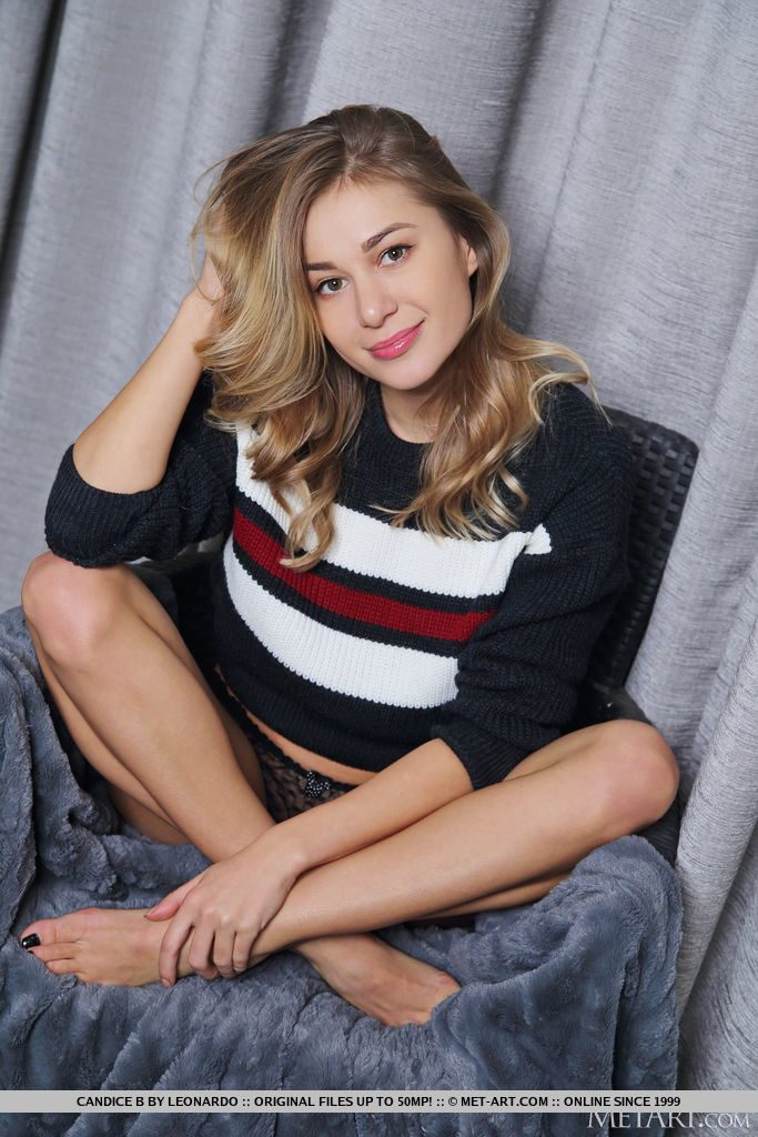 巨乳28才ウクライナ美女が座っている。