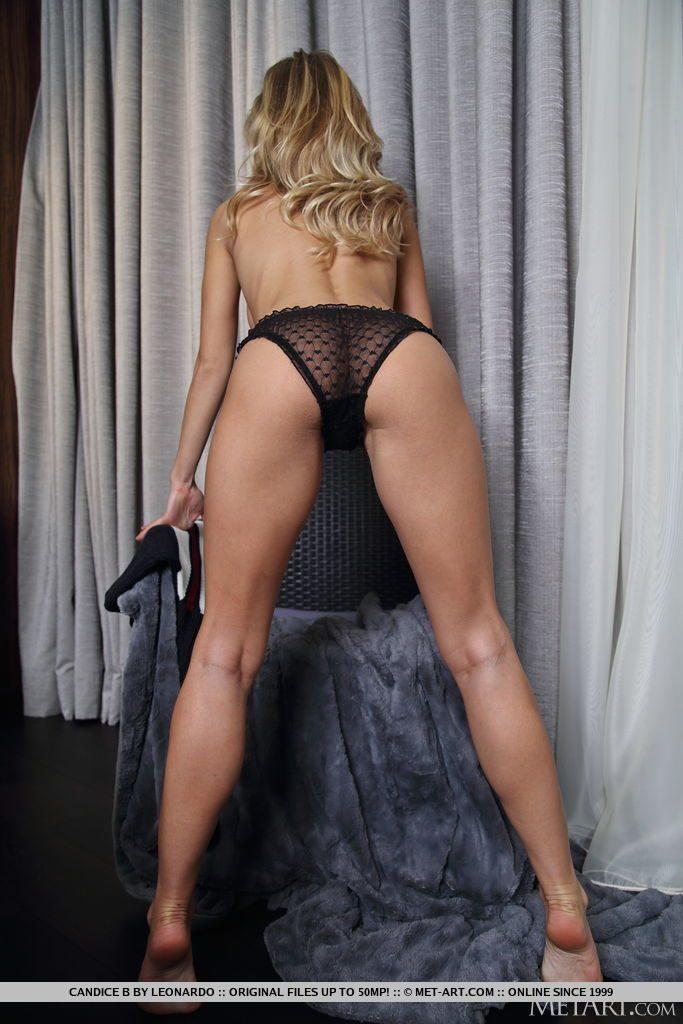 巨乳28才ウクライナ美女がおしりを見せる。