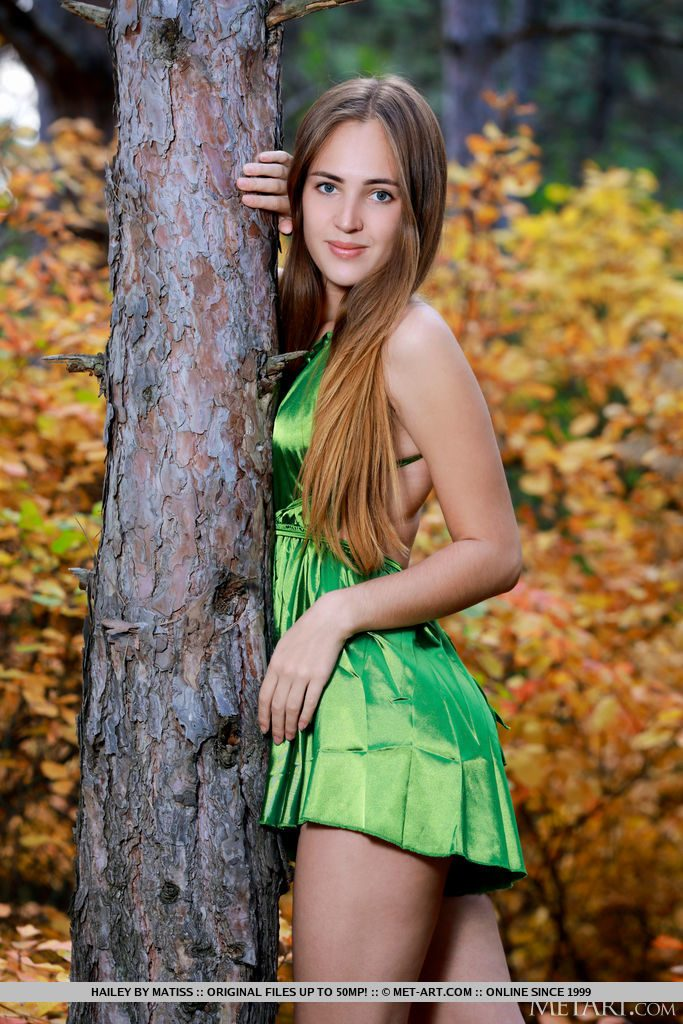 22才ロシア美女が紅葉の中立つ。