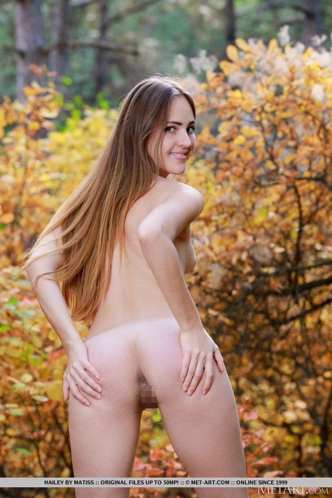 22才ロシア美女が後ろからまんこを見せる。