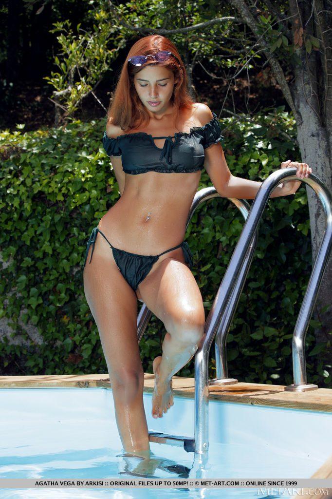 ベネズエラ美女がプールにいる
