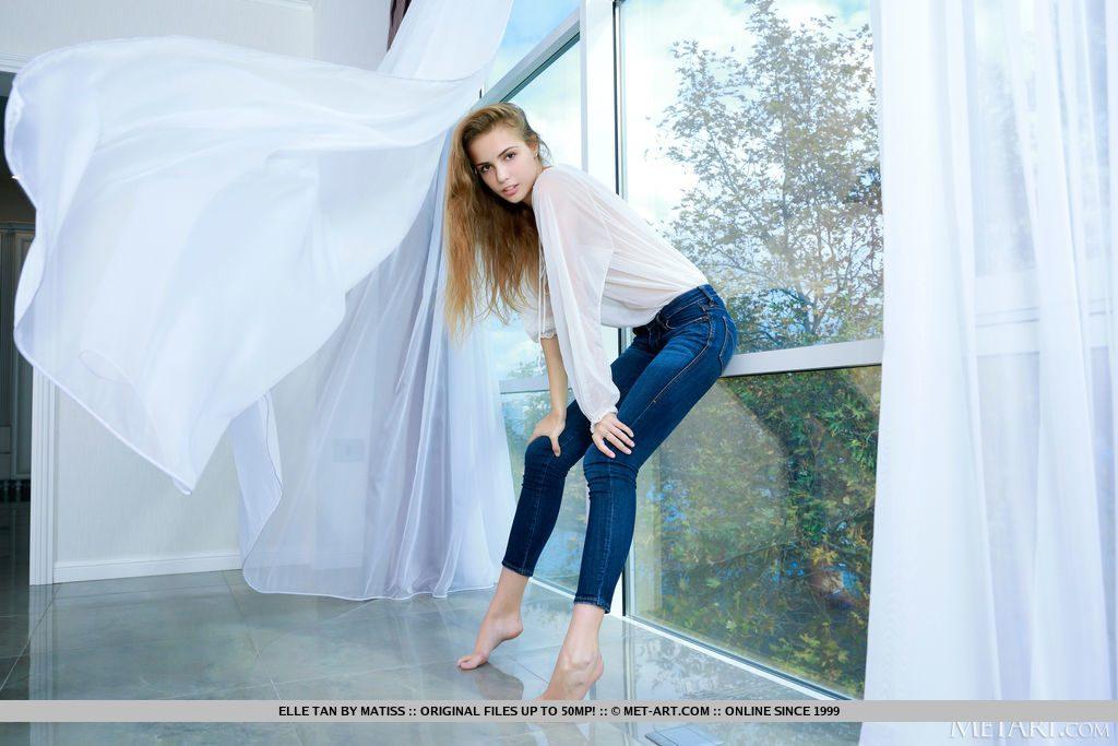 22才のロシア美女が窓際にいる。
