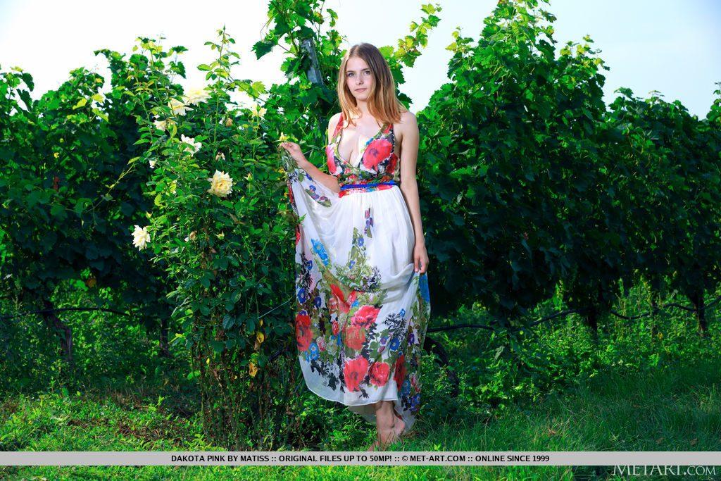 21才ロシア人美少女が野外で立っている。