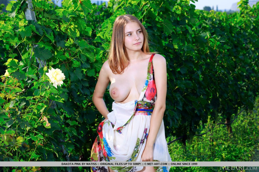21才ロシア人美少女が野外でおっぱいを見せる。