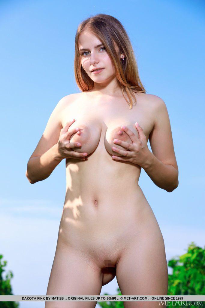 21才ロシア人美少女が野外でおっぱいとまんこを見せる。