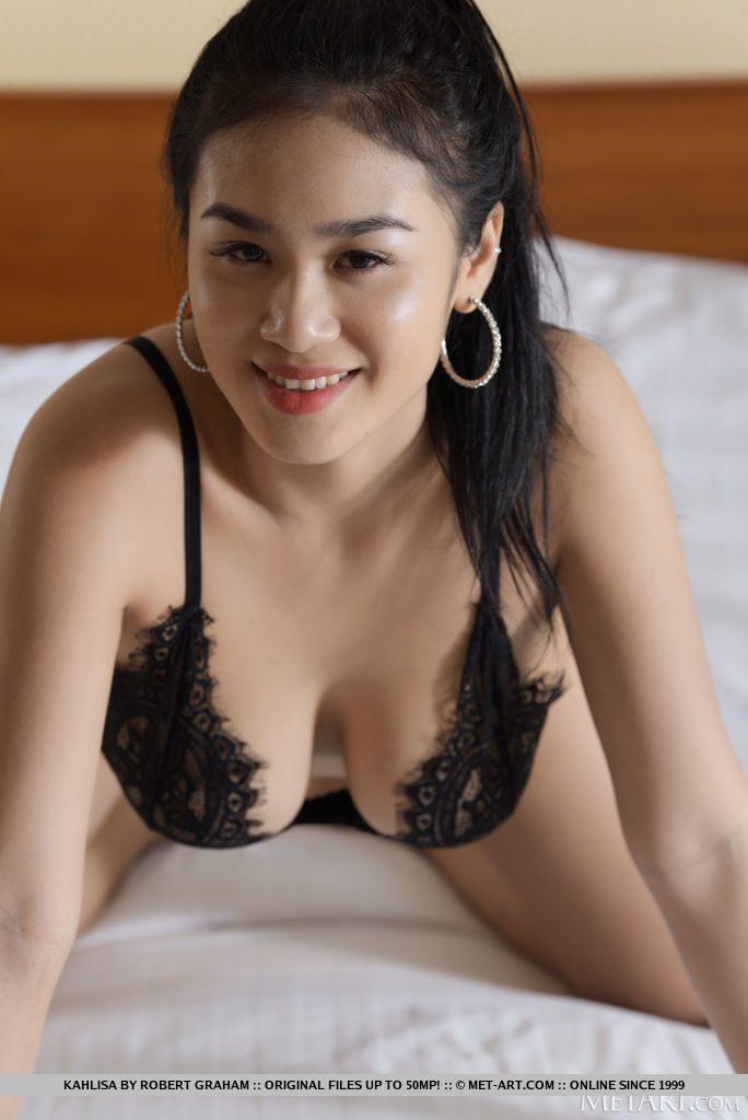 20才タイ美女が下着姿をみせる。