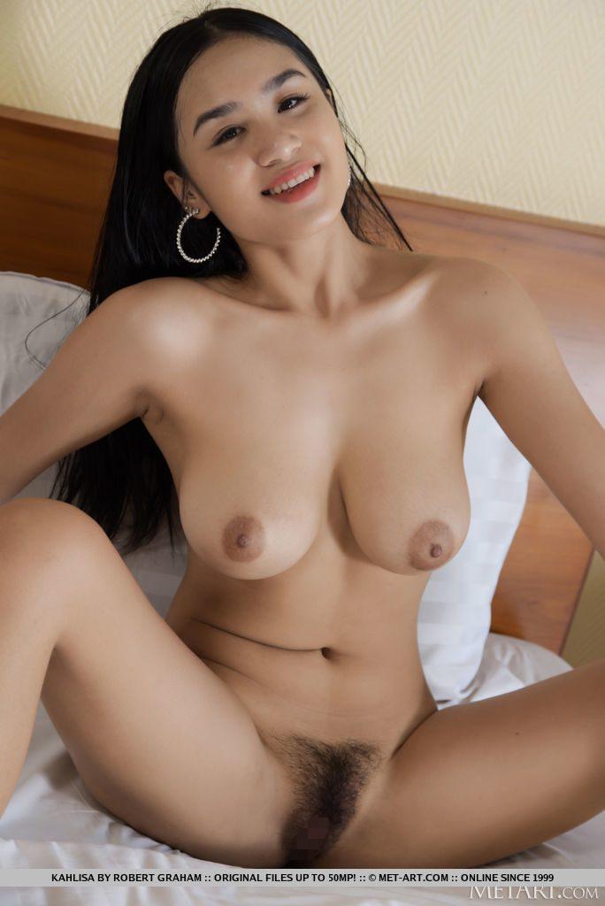 20才タイ美女がおっぱいとまんこをみせる。