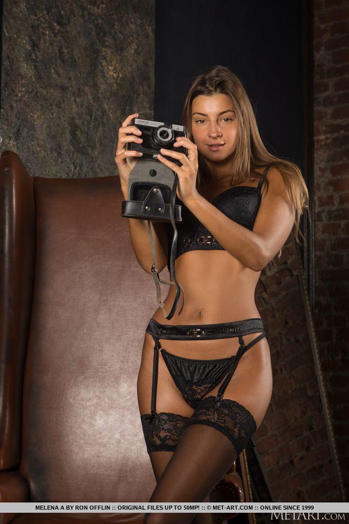 27才ロシア美女が下着姿でカメラを構える。