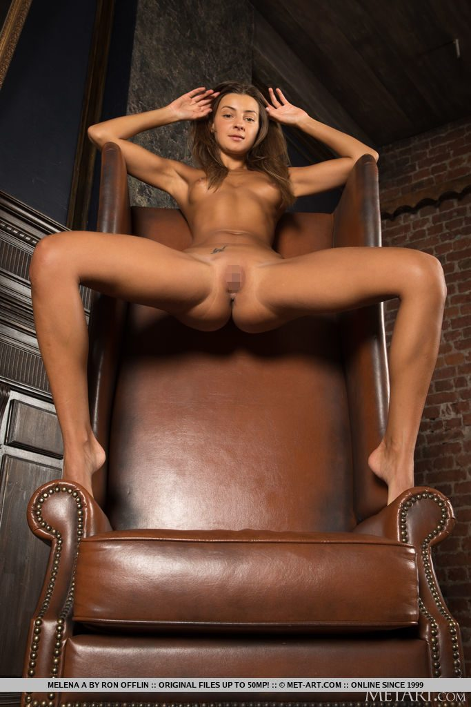 27才ロシア美女が足を広げておっぱいとまんこを見せる。