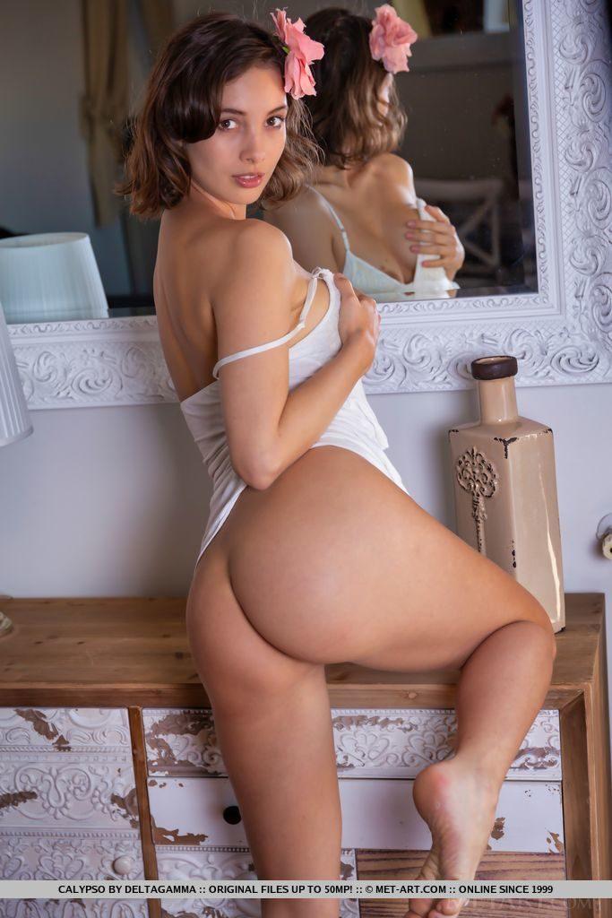 29才コロンビア美女が下着姿でお尻を見せる。