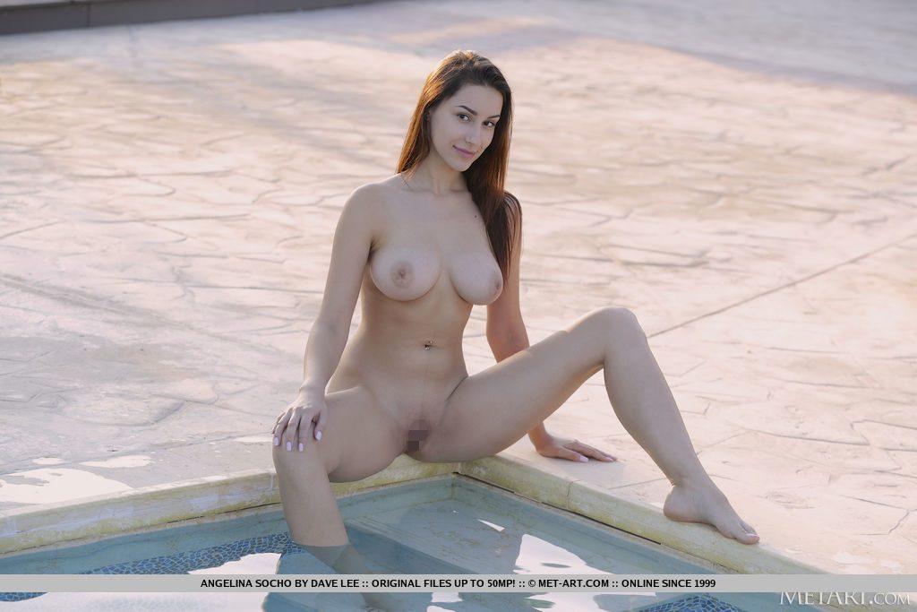 エキゾチックな22才ウクライナ美女がおっぱいとまんこを見せる。