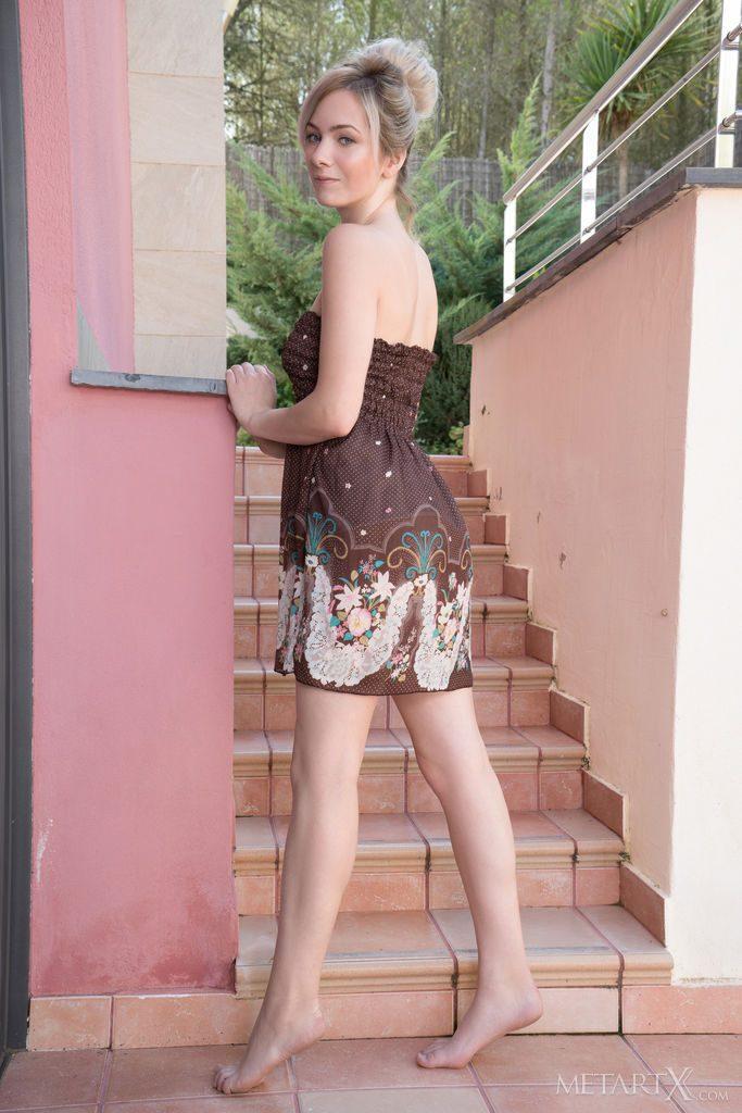 超美形の20才ラトビア美人がワンピースを着ている。