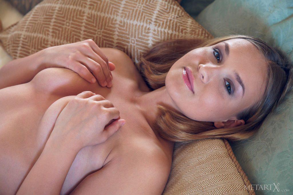 キレかわ23才ウクライナ美女が手でおっぱいを隠す。