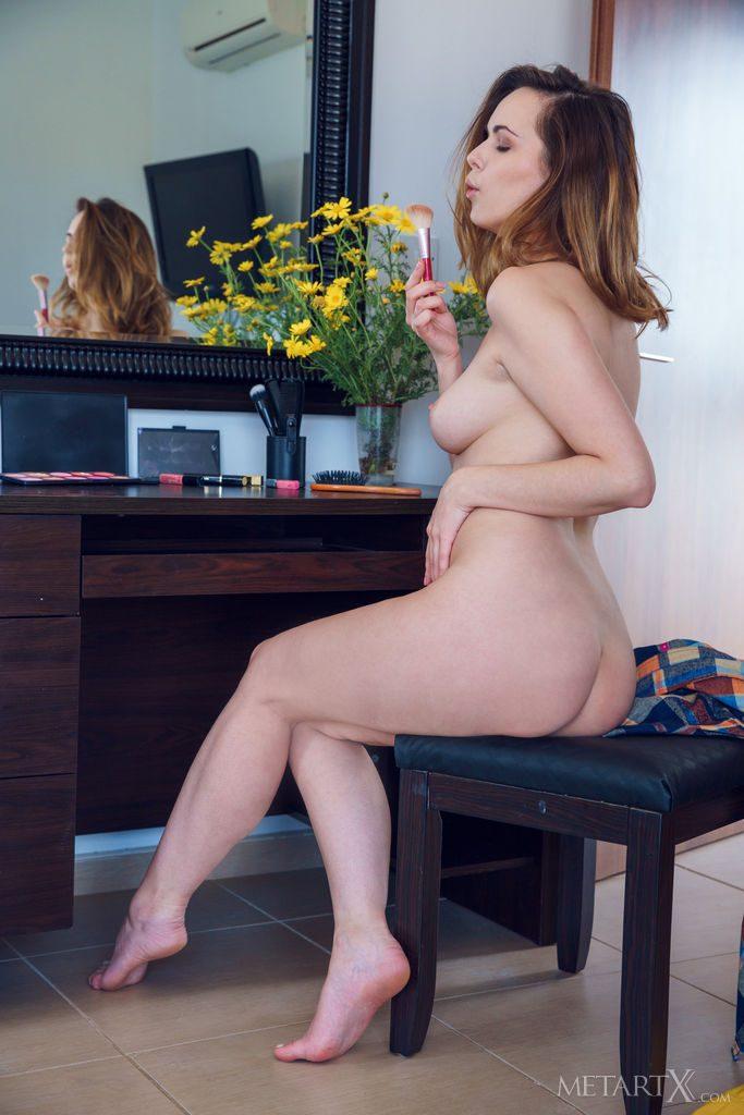 25才ウクライナ美女がおっぱいを見せる。
