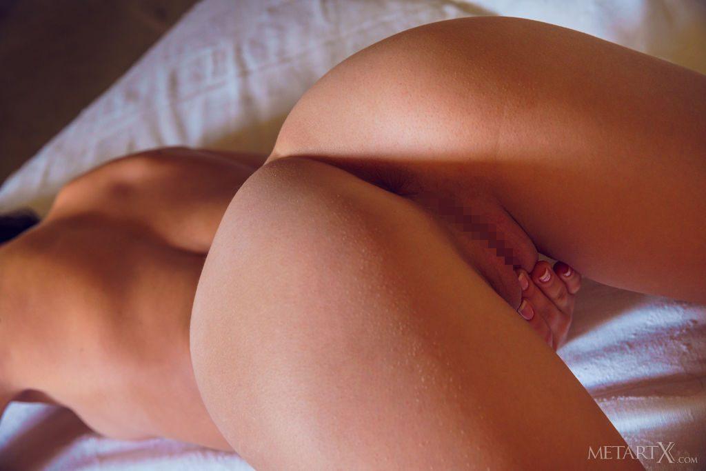 沢○似の21才ウクライナ美少女が後ろからまんこを見せる。