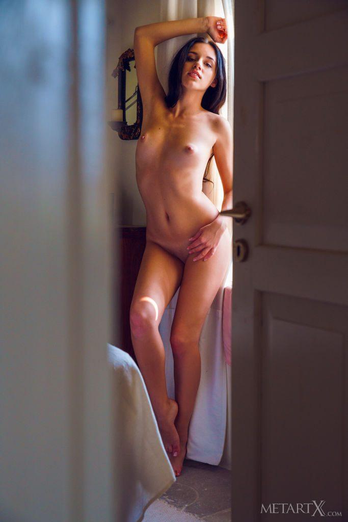 沢○似の21才ウクライナ美少女がおっぱいを見せる。