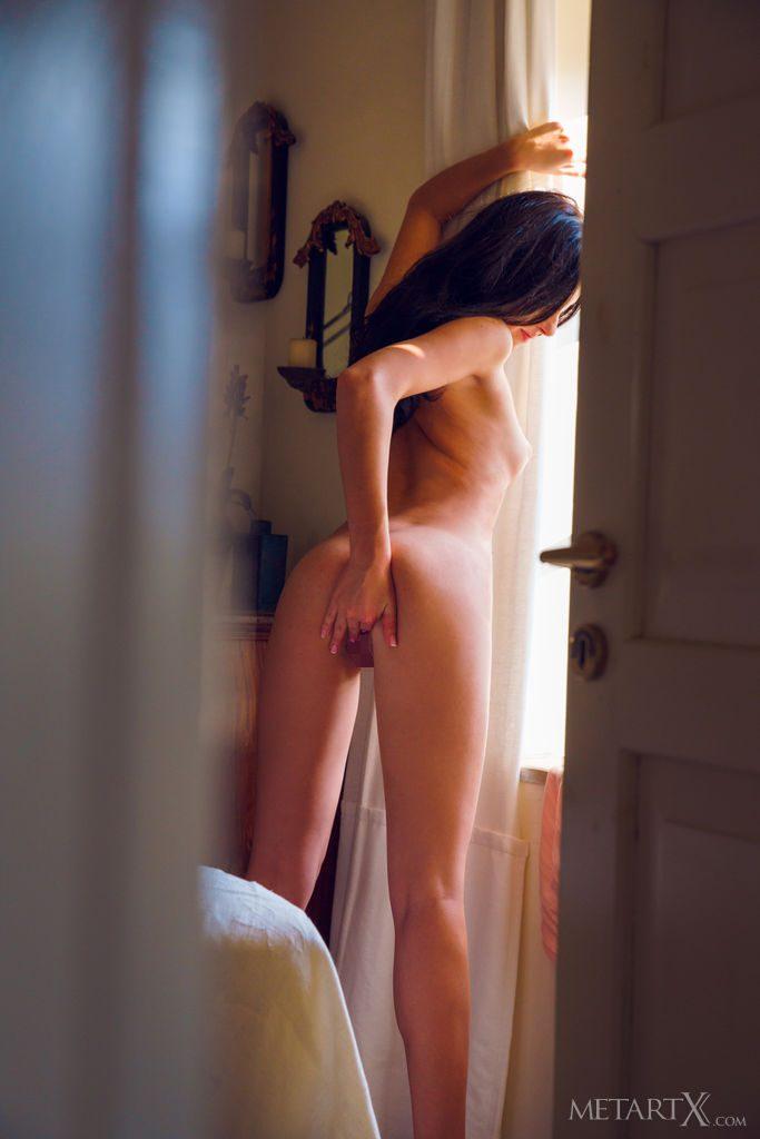 沢○似の21才ウクライナ美少女が全裸で後ろ向き。指をまんこにいれる。