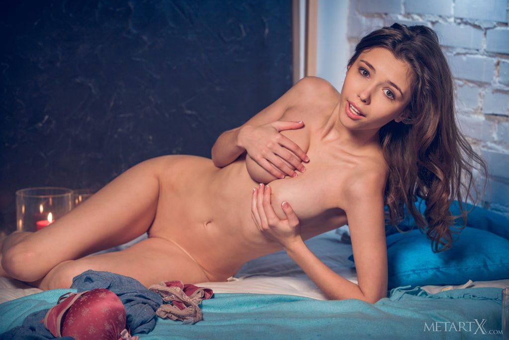 ロリ顔巨乳の23才ウクライナ美女が自分でおっぱいを揉む。
